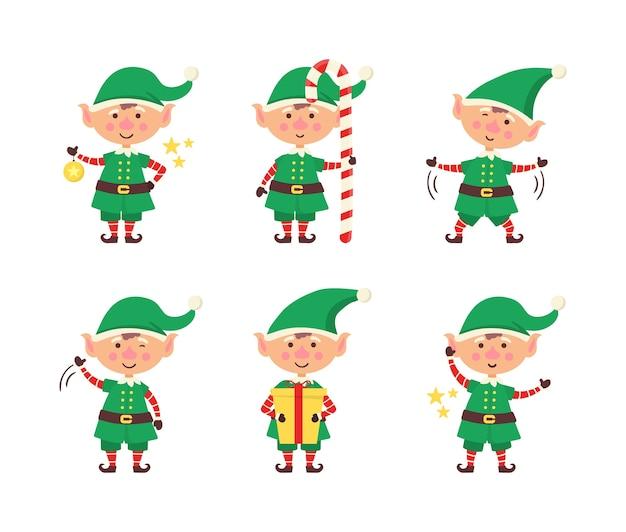 笑顔のエルフパッキングギフト。白い背景で隔離のクリスマスのエルフのコレクションです。面白いと楽しいヘルパーサンタのホリデーギフトと装飾のクリスマスツリーを送信します。明けましておめでとうございます。ベクター。