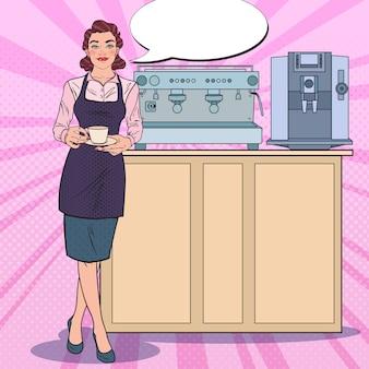 커피 한잔과 함께 웃는 여성 바리 스타