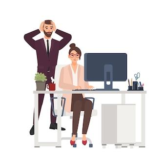 사무실에서 컴퓨터에서 작업하는 여성 관리자 미소, 옆에 서있는 겁에 질 려 남성 보스. 비전문적이거나 나쁜 작업자가 비즈니스 프로젝트를 망쳤습니다. 재미있는 평면 만화 캐릭터. 삽화.