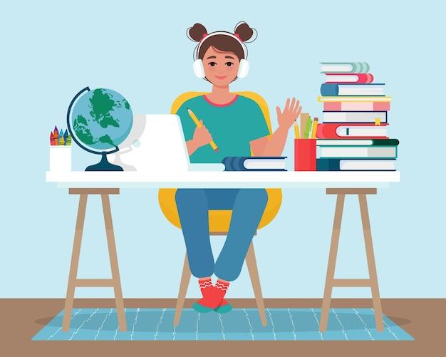 ヘッドフォンで笑顔の女の子は、ラップトップを使用してオンライン学習をしています。自宅のコンピューターで勉強している女の子とのオンライン教育。フラットスタイルのイラスト