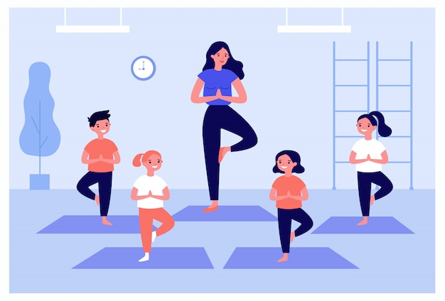 Улыбающиеся дети, тренирующиеся в классе йоги