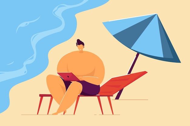 ビーチでリモートで作業している笑顔の男。海岸のフラットベクトルイラストにラップトップを持つ男性の漫画のキャラクター。フリーランス、リモートワーク、バナー、ウェブサイトのデザインまたはランディングページの休暇のコンセプト