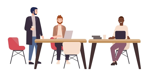 Улыбающиеся люди или офисные работники, сидящие за столами и работающие на портативных компьютерах