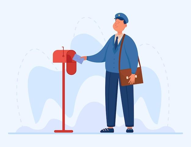 Улыбающийся почтальон кладет письмо в почтовый ящик