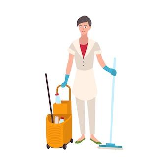 바닥 걸레와 양동이 카트를 들고 제복을 입은 웃는 여자. 여성 가정 청소부, 청소 또는 가사 서비스 작업자 흰색 배경에 고립. 플랫 만화 벡터 일러스트 레이 션.
