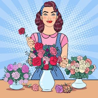 花の束を作る笑顔の女性花屋