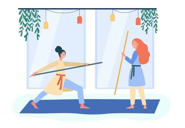 アジアの武道を訓練する笑顔の女性。ボディ、スティック、ウェルビーイングフラットイラスト。漫画イラスト