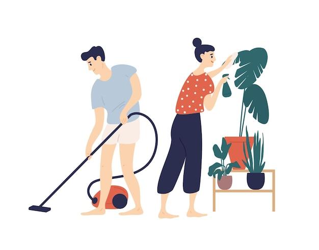 一緒に家を掃除する若い男性と女性の笑顔。家の床に掃除機をかける男の子と植物の世話をする女の子。かわいい面白いロマンチックなカップルの日常の活動。