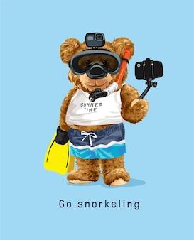 自撮りイラストを撮るシュノーケリングマスクのクマ人形とシュノーケリングスローガン