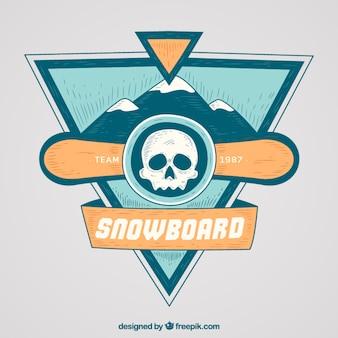 Distintivo snowboard con il cranio e le montagne disegnati a mano