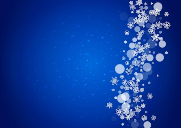 Снежинки падают на синем фоне с блестками. рождество и новый год горизонтальная тема. морозные падающие снежинки для баннеров, подарочной карты, приглашения на вечеринку, комплиментов и специального делового предложения