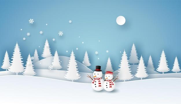 파란색 배경에 겨울 풍경보기에 화이트 소나무와 눈사람. 메리 크리스마스 또는 새 해 복 많이 받으세요 개념.