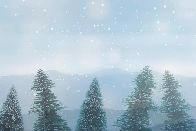 雪に覆われた松の木、空を背景に冬の森