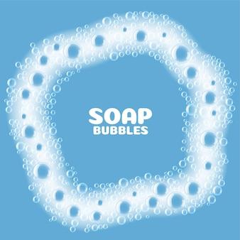 Bolle di schiuma di sapone su sfondo blu