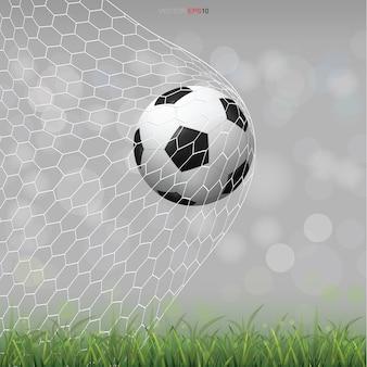 明るいぼやけたボケ背景の緑の芝生のフィールドでサッカーサッカーボール