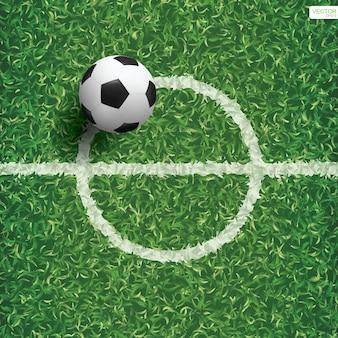 センターラインエリアとサッカー場の緑の芝生の上のサッカーサッカーボール。ベクトルイラスト。