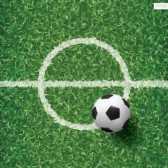 Футбольный мяч на зеленой траве футбольного поля с площадью центральной линии. векторная иллюстрация.