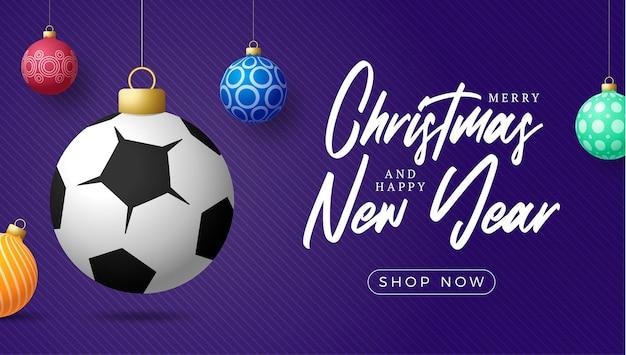 축구 스포츠 크리스마스 카드입니다. 메리 크리스마스 스포츠 인사말 카드입니다. 보라색 가로 배경에 크리스마스 공과 화려한 값싼 물건으로 실 축구공에 매달아 보세요. 스포츠 벡터 일러스트 레이 션.