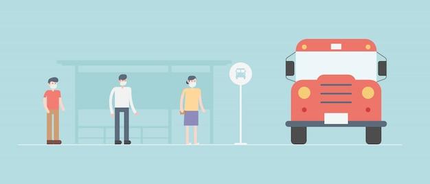 社会的距離の概念。バスを待っている間、人々は社会的な距離を置きます。ウイルスの拡散を防ぐための社会的距離。