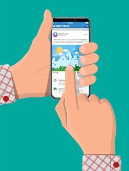 手にスマートフォン画面上のソーシャルネットワークインターフェースアプリ。ニュース投稿はモバイルデバイスのページをフレームします。ユーザーが写真にコメントします。ソーシャルリソースアプリケーションのモックアップ。フラットスタイルのベクトル図