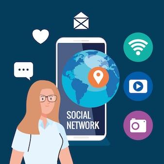 ソーシャルネットワーク、スマートフォンとソーシャルメディアのアイコン、インタラクティブなコミュニケーションとグローバルコンセプトを持つ女性