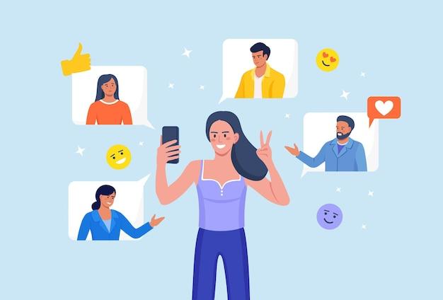 소셜 네트워크. 스마트폰으로 서 있는 여자, 친구와 채팅. 인터넷 통신입니다. 소셜 미디어에서 서핑하는 소녀. 비디오를 보고, 사진을 좋아하고, 모바일 앱에서 영상 통화를 하는 사람.