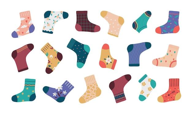 靴下。漫画のファッション靴下分離セット、シンプルなパターンとさまざまなスタイリッシュな要素を持つ面白い落書き靴。子供のためのベクトルイラストコレクション流行のアパレル
