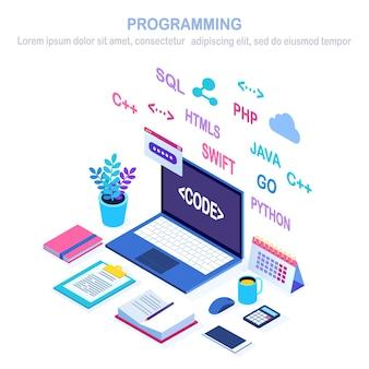 ソフトウェア開発、プログラミング言語、コーディング。アイソメトリックラップトップ、デジタルアプリケーションを備えたコンピューター