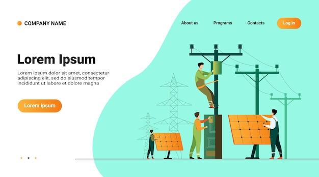 Manutenzione centrale solare. operai che riparano impianti elettrici, scatole su torri sotto linee elettriche
