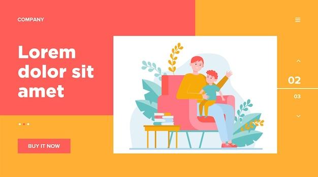 息子は父の膝の上に座って話を聞いています。肘掛け椅子、本、お父さん。ウェブサイトのデザインやウェブページのランディングのための家族と子供時代のコンセプト