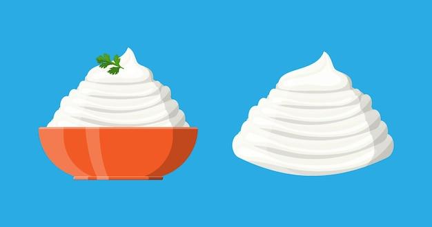 사워 크림 소스 또는 마요네즈와 녹색 파슬리를 그릇에 담습니다. 유제품 우유 제품. 유기농 건강 제품.