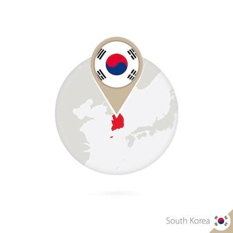 한국 지도 및 원 안에 플래그입니다. 한국의 지도, 한국 국기 핀입니다. 세계 스타일의 한국 지도. 벡터 일러스트 레이 션.