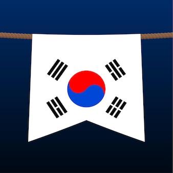 На веревке висит национальный флаг южной кореи. символ страны в вымпеле, висящем на веревке. реалистичные векторные иллюстрации.