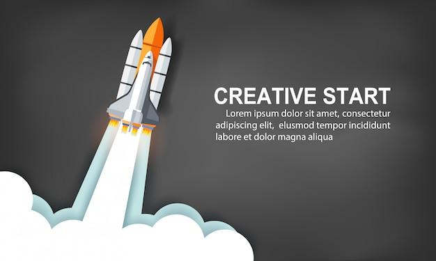 黒板背景に空へのスペースシャトルの打ち上げ。独創的なアイデア。ベクトルイラスト