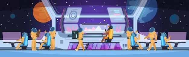 宇宙船の未来的なインテリア。先駆的な科学チームのコマンドと宇宙飛行士がいる宇宙船のキャプテンキャビン。宇宙飛行士のコンセプト