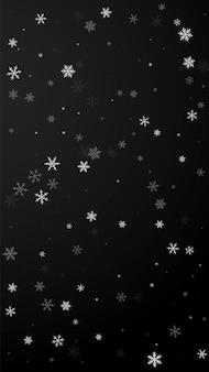 まばらな降雪クリスマスの背景。黒の背景に微妙な空飛ぶ雪の結晶と星。生きている冬のシルバースノーフレークオーバーレイテンプレート。かわいい縦のイラスト。