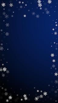 스파스 강설량 크리스마스 배경입니다. 짙은 파란색 배경에 미묘한 비행 눈 조각과 별. 재미있는 겨울 은색 눈송이 오버레이 템플릿입니다. 예술적 수직 그림입니다.