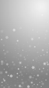 스파스 강설량 크리스마스 배경입니다. 회색 배경에 미묘한 비행 눈 조각과 별. 놀라운 겨울 은색 눈송이 오버레이 템플릿입니다. 멋진 세로 그림입니다.