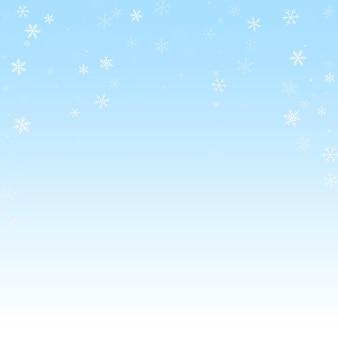 まばらな降雪クリスマスの背景。冬の空の背景に微妙な空飛ぶ雪の結晶と星。奇妙な冬のシルバースノーフレークオーバーレイテンプレート。好感の持てるベクトルイラスト。