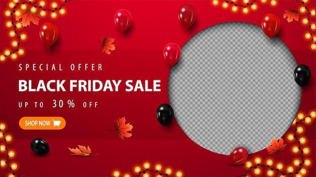 Специальное предложение, распродажа в черную пятницу, красный шаблон скидки с воздушными шарами, падающими кленовыми листьями, рамкой-гирляндой и местом для вашей фотографии