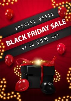 Специальное предложение, распродажа в черную пятницу, скидка до 50%, красный вертикальный дисконтный плакат с трехмерными диагональными полосами с предложением, красные воздушные шары, рамка-гирлянда и черный подарок