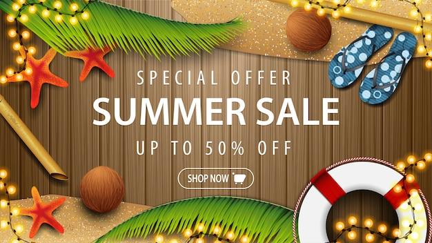 Специальное предложение, летняя распродажа, скидка до 50%, коричневая дисконтная веб-баннер для вашего бизнеса с летними элементами и пляжными аксессуарами на деревянной доске, вид сверху.