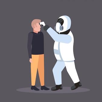 コロナウイルス感染流行mers-covウイルスwuhan 2019-ncovのパンデミック健康リスク概念全長を広める病人の温度をチェックする防護服の専門家