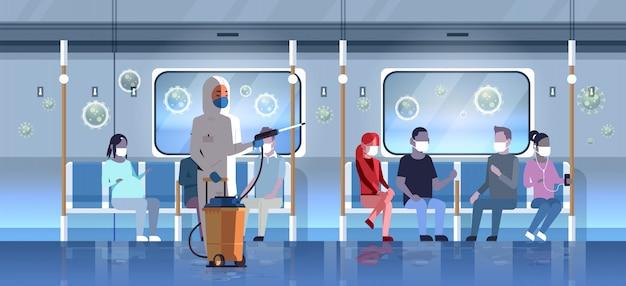 승객 전염병 개념 우한 전염병 건강 위험 전체 길이 가로 대중 교통에서 hazmat 정장 청소 및 소독 코로나 바이러스 세포 전문가
