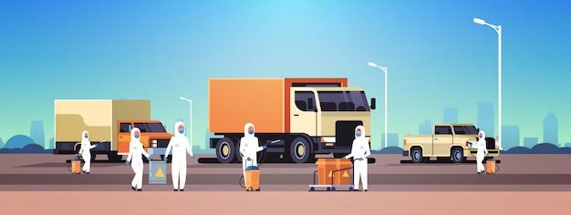 Hazmat의 전문가는 소독 코로나 바이러스 세포 전염병 개념 우한 전염병 건강 위험 도시 전체 길이 가로 청소
