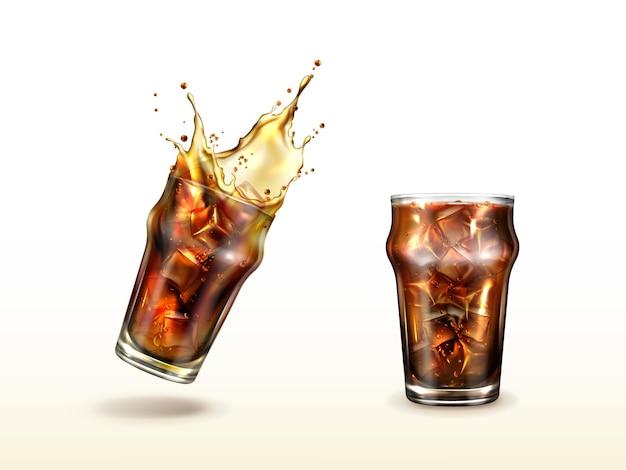 Splash cola soda tè freddo o caffè con cubetti di ghiaccio