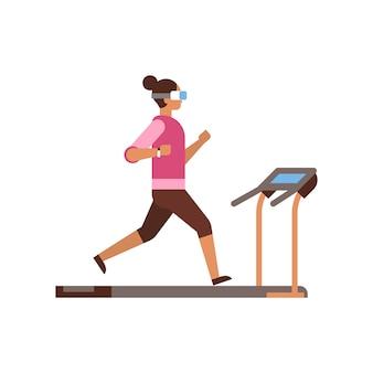 スポーツ女性は、トレッドミル少女カーディオトレーニングで実行されているvrメガネを着用します。