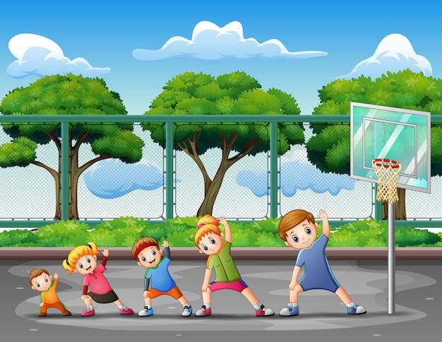 裁判所で運動する子供たちの陽気な