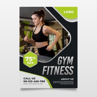 Спортивный плакат с фотографией тренирующейся женщины
