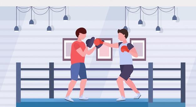 싸우는 반지 경기장 인테리어 건강 한 라이프 스타일 개념 평면 수평 운동 빨간 장갑에 남성 트레이너 남자 전투기와 권투 연습을 연습하는 스포츠맨 복서